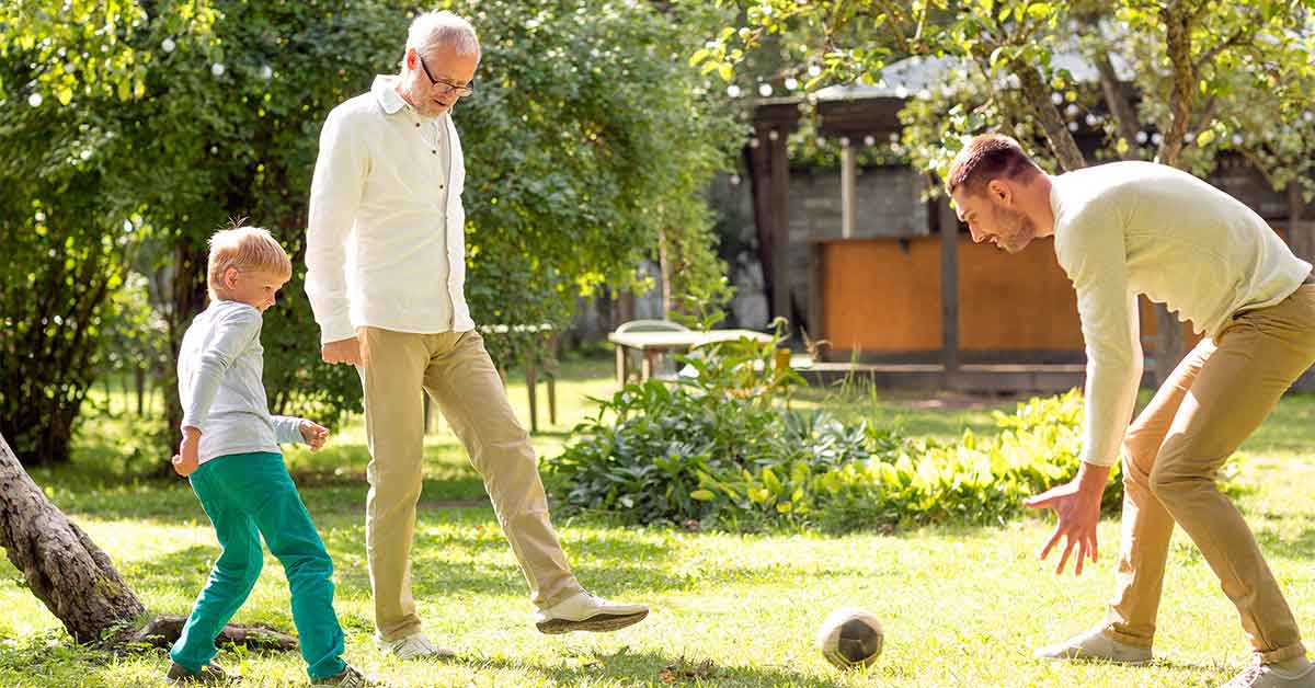 3 Generationen spielen im Garten